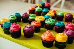 Cupcakes met aardbeien en room Royalty-vrije Stock Afbeelding
