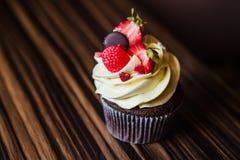 Cupcakes met aardbeien en room Stock Foto's