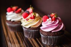 Cupcakes met aardbeien en room Stock Afbeeldingen
