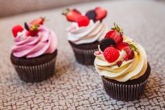 Cupcakes met aardbeien en room Stock Afbeelding