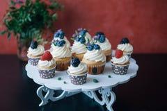 Cupcakes met bessen op zwarte lijst eigengemaakt Exemplaar-ruimte Framboos en bosbes Conceptennatuurvoeding zonder kleurstoffen Stock Afbeeldingen