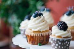 Cupcakes met bessen op zwarte lijst eigengemaakt Macro Framboos en bosbes Conceptennatuurvoeding zonder kleurstoffen Stock Foto's