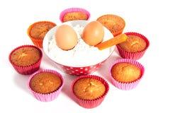 Cupcakes met bloem en eieren Stock Afbeelding