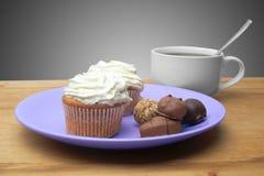 Cupcakes met chocolade op de plaat Stock Afbeeldingen