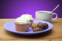 Cupcakes met chocolade op de plaat Stock Afbeelding