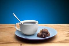 Cupcakes met chocolade op de plaat Stock Fotografie
