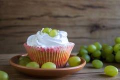 Cupcakes met druiven royalty-vrije stock afbeeldingen