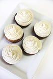 Cupcakes met het berijpen op witte verticaal royalty-vrije stock foto's