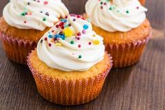 Cupcakes met het witte berijpen en bestrooit Royalty-vrije Stock Foto's
