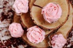 Cupcakes met roze room op houten achtergrond Royalty-vrije Stock Foto