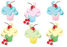 Cupcakes met suikerglazuur en kersen stock afbeelding
