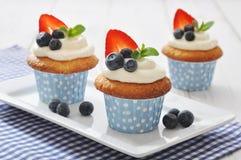 Cupcakes met verse bessen wordt verfraaid die Stock Foto's