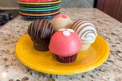 Cupcakes op de Gele Close-up van de Dessertplaat Royalty-vrije Stock Afbeeldingen
