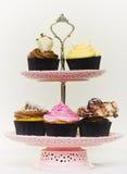 Cupcakes op een cakestand Stock Foto