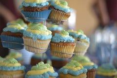 Cupcakes op een caketribune Royalty-vrije Stock Fotografie