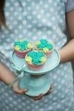 Cupcakes op een caketribune Royalty-vrije Stock Foto's