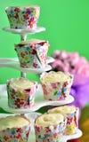 Cupcakes op een cupcaketribune Stock Fotografie