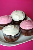 Cupcakes op een plaat royalty-vrije stock afbeeldingen
