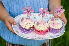 Cupcakes op een plaat Stock Fotografie