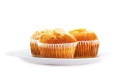 Cupcakes op een plaat, die op wit wordt geïsoleerde Stock Afbeelding