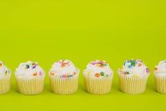 Cupcakes op gele achtergrond Stock Foto's