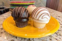 Cupcakes op Gele Dessertplaat Stock Afbeelding
