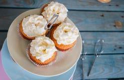 Cupcakes op kleurrijke plaat met drie verdiepingen Stock Foto
