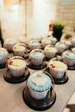 Cupcakes op koffielijst Stock Afbeeldingen