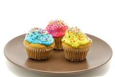 Cupcakes op plaat Stock Afbeeldingen