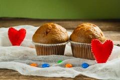 Cupcakes op roustic houten achtergrond Harten van gevoeld worden gemaakt die Stock Afbeelding