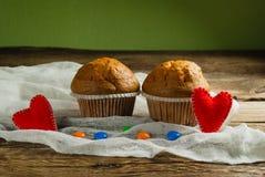 Cupcakes op roustic houten achtergrond Harten van gevoeld worden gemaakt die Stock Foto