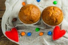 Cupcakes op roustic houten achtergrond Harten van gevoeld worden gemaakt die Royalty-vrije Stock Afbeeldingen