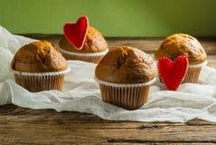 Cupcakes op roustic houten achtergrond Harten van gevoeld worden gemaakt die Royalty-vrije Stock Foto's