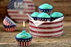 Cupcakes Rood en Blauw fluweel op de dag van de onafhankelijkheid of de verjaardagspartij van de V.S. stock afbeelding