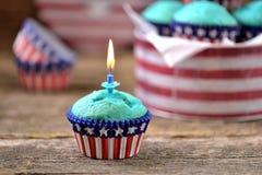 Cupcakes Rood en Blauw fluweel op de dag van de onafhankelijkheid of de verjaardagspartij van de V.S. royalty-vrije stock foto