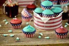 Cupcakes Rood en Blauw fluweel op de dag van de onafhankelijkheid of de verjaardagspartij van de V.S. stock foto