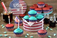 Cupcakes Rood en Blauw fluweel op de dag van de onafhankelijkheid of de verjaardagspartij van de V.S. stock fotografie
