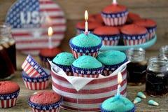 Cupcakes Rood en Blauw fluweel op de dag van de onafhankelijkheid of de verjaardagspartij van de V.S. royalty-vrije stock afbeelding