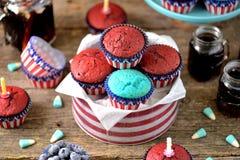Cupcakes Rood en Blauw fluweel op de dag van de onafhankelijkheid of de verjaardagspartij van de V.S. royalty-vrije stock fotografie