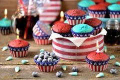 Cupcakes Rood en Blauw fluweel op de dag van de onafhankelijkheid of de verjaardagspartij van de V.S. stock foto's