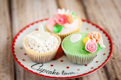 Cupcakes. Shabby chic cupcakes decorated with sugarpaste flowers Royalty Free Stock Images