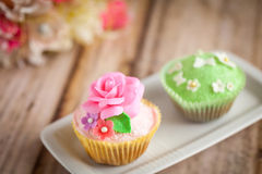 Cupcakes. Shabby chic cupcakes decorated with sugarpaste flowers Royalty Free Stock Photo
