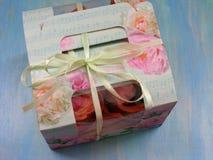 Cupcakes in speciale dragerdoos op blauwe achtergrond Royalty-vrije Stock Foto's