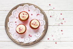 Cupcakes with sugar hearts Royalty Free Stock Images