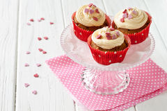 Cupcakes with sugar hearts Royalty Free Stock Photos