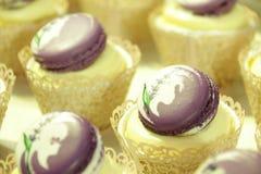 cupcakes: vanille in decoratieve koppen Royalty-vrije Stock Foto