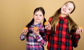 Cupcakes voor elk type van eetlust Gelukkig meisjebaksel cupcakes thuis Het kleine kinderen gelukkige glimlachen met royalty-vrije stock foto