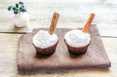 Cupcakes with whipped cream and cinnamon Royalty Free Stock Photography