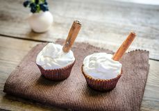 Cupcakes with whipped cream and cinnamon Royalty Free Stock Photos