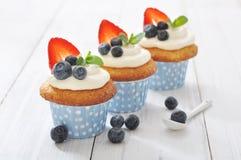 Cupcakes wordt verfraaid met en verse bessen die Stock Foto